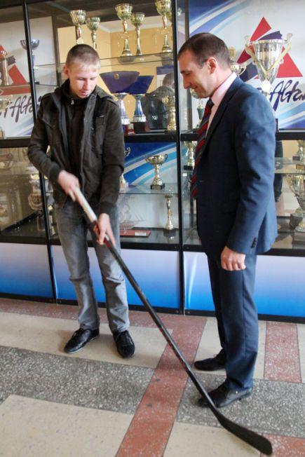 В крайспортуправлении вручили хоккейную клюшку жителю села Берёзовка Чарышского района Дмитрию Афанасьеву, обратившемуся с просьбой о таком подарке в интернет-приёмную губернатора Алтайского края.
