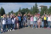 В Бийске прошёл молодёжный флэшмоб в поддержку участника Олимпийских игр Сергея Каменского.