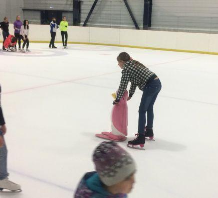 В ледовом дворце «Динамо» воспитанники детских домов попробовали себя в роли хоккеистов и фигуристов.