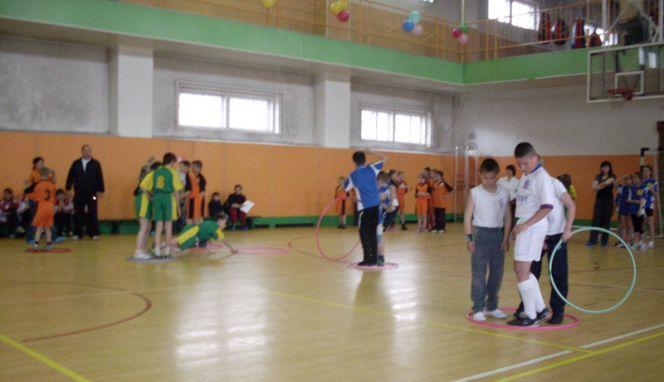 В СДЮШОР «Алтайский ринг» для детей, находящихся под опекой центров социальной помощи, провели спортивный праздник «Молодецкие забавы».