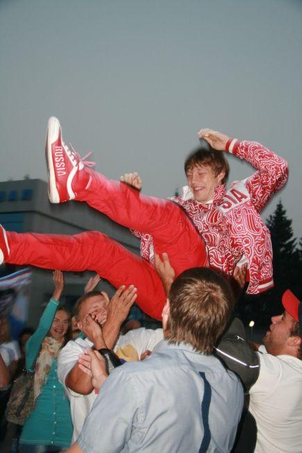 Сегодня утром бронзовый призёр Олимпийских игр в Лондоне Иван Нифонтов вернулся домой (фото).