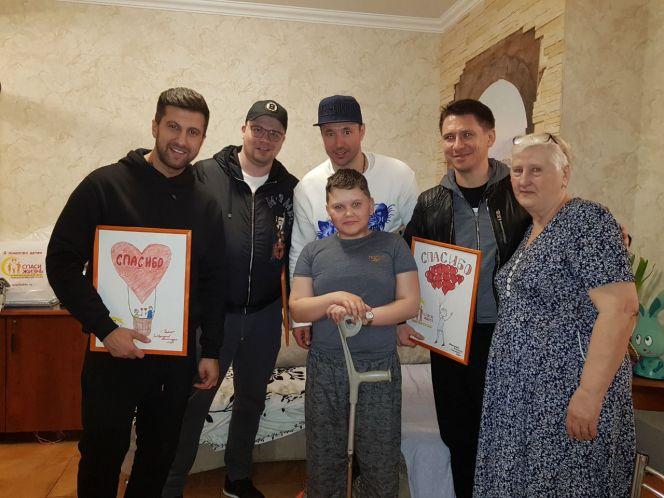 Гости «Доброго дома» с Яковом Любченко и его бабушкой. Фото: фонд «Спаси жизнь»