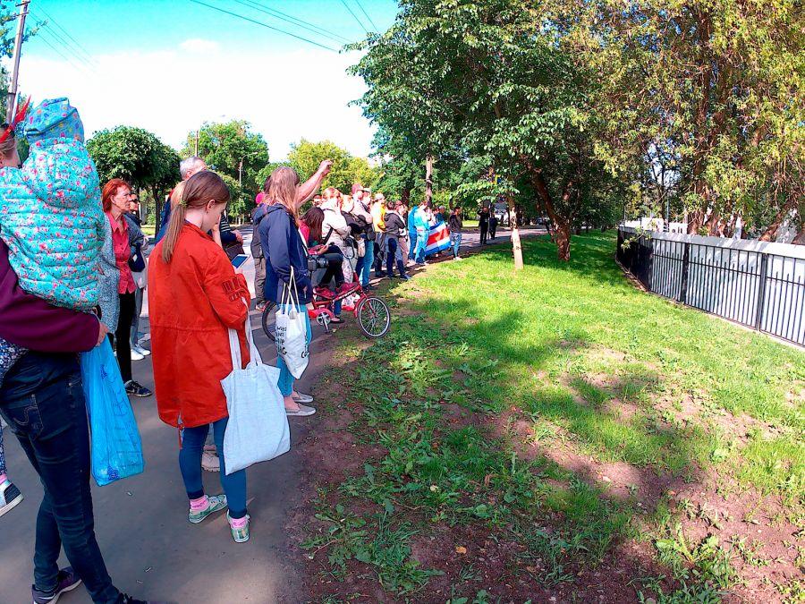 Люди наблюдают за тренировкой сборной Коста-Рики в Павловске. Фото: Артём Тарасов