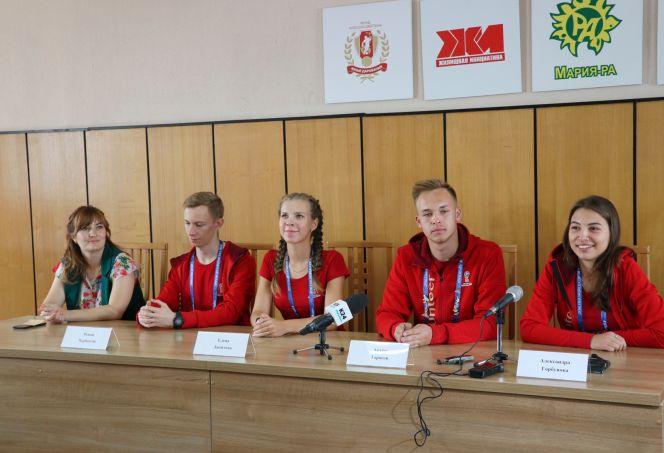 Волонтёры ЧМ-2018 по футболу из Алтайского края. Фото: Виталий УЛАНОВ