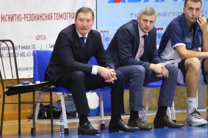 Главный тренер «АлтайБаскета» Борис Соколовский (слева). Фото: Виталий УЛАНОВ