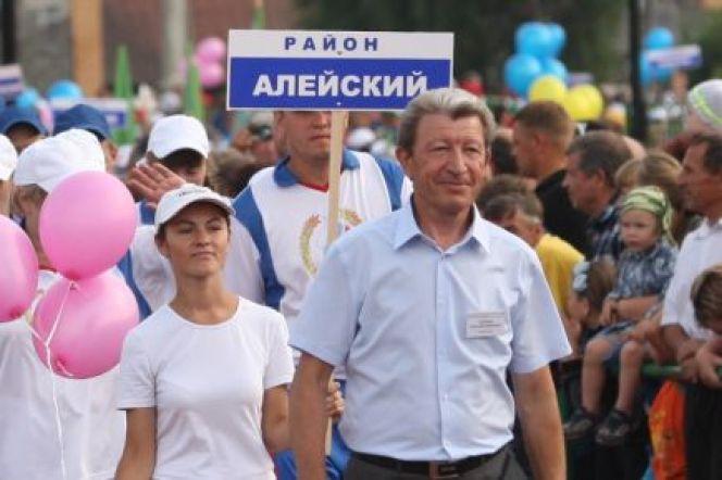 Анатолий Гиганов возглавляет парад краевой сельской олимпиады в качестве главного судьи соревнований