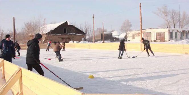 «Вести-Алтай»: В Тюменцевском районе лесники построили хоккейную коробку для детей
