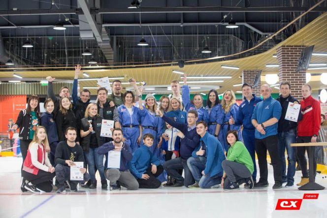 В Барнауле в турнире журналистов по кёрлингу соревновались 32 человека из четырнадцати СМИ