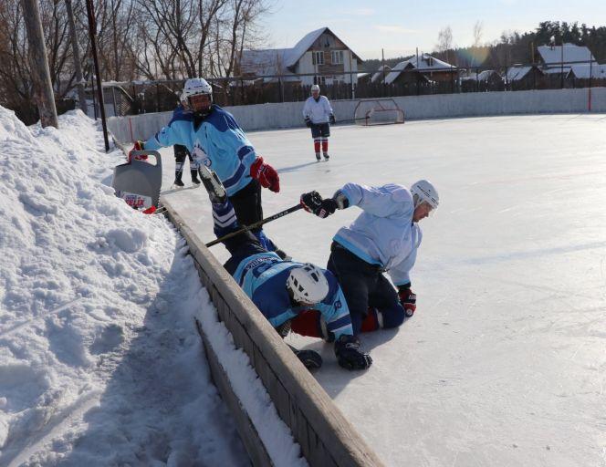 И в любительском хоккее хватает силовой борьбы. Фото: Вадим Вязанцев.