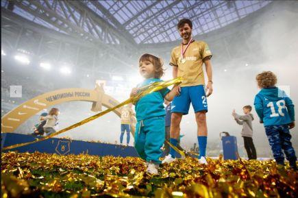 Александр Ерохин с сыном на чемпионском торжестве