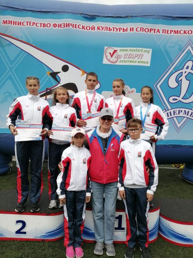 На фото: легкоатлеты из Мамонтова с Татьяной Зеленцовой, прилетевшей на соревнования из США