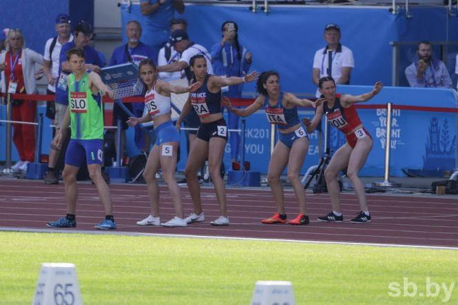 Полина Миллер (вторая слева) - участница эстафеты 4х400 метров