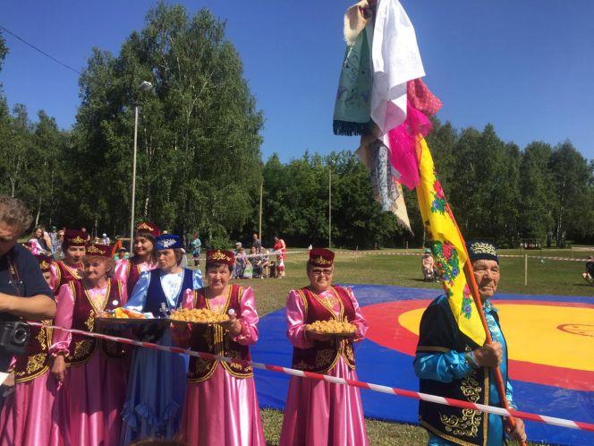 На татарско-башкирском празднике Сабантуй разыграли призы по борьбе на поясах корэш