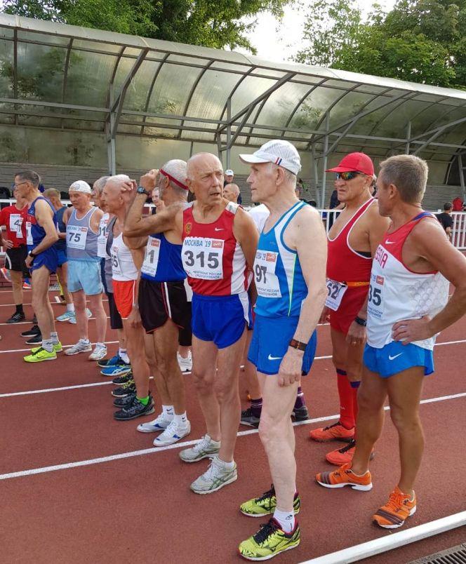 Юрий Савенков (в первом ряду второй справа) на старте забега