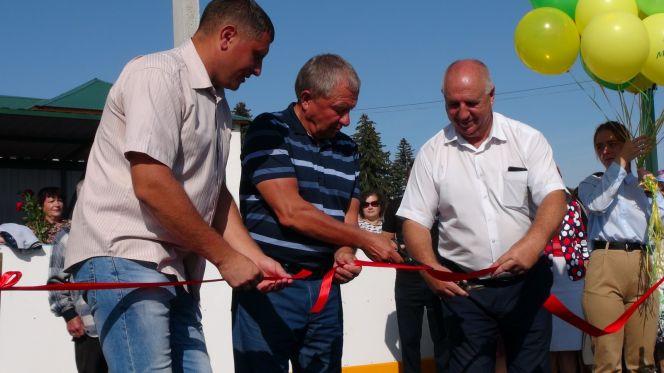 Барнаульский предприниматель Александр Ракшин в подарок родной школе в Алтайском районе построил хоккейную коробку и мини-футбольное поле