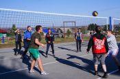 На новой спортивной площадке в селе Сосновка провели соревнования по волейболу и баскетболу