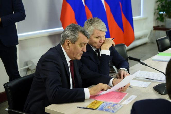 Выездное совещание министров РФ в Алтайском крае. Министр спорта России Павел Колобков на фото - справа