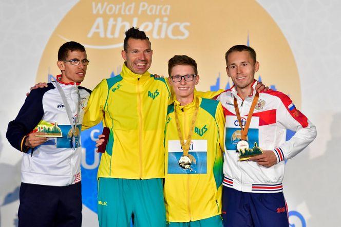 Александр Костин (крайний слева) завоевал бронзу чемпионата мира по лёгкой атлетике под эгидой Международного паралимпийского комитета