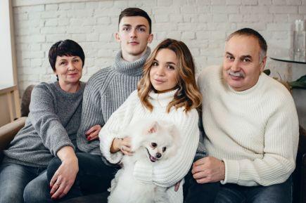 Ильяс Куркаев с мамой, отчимом и супругой