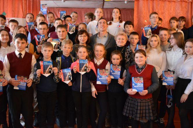 Сергей Шубенков встретился с учащимися Прутской школы в Павловском районе: пообщался и подарил спортивный инвентарь