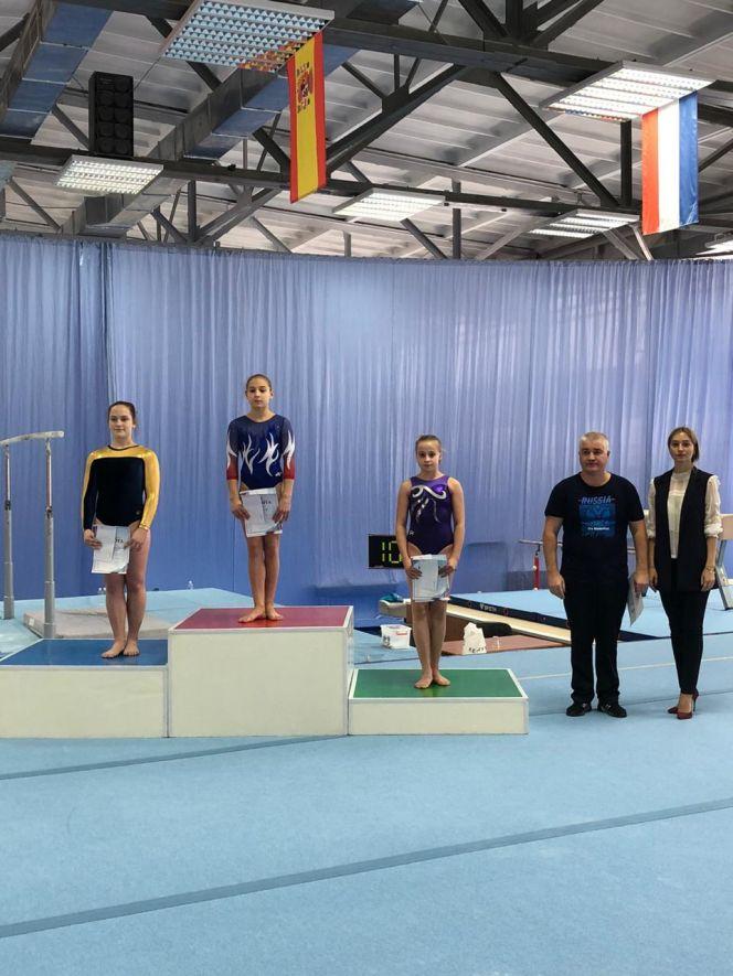 На верхней ступени пьедестала почета Дарья Ожигова - победительница в многоборье