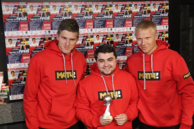 На фото: Александр Соболев, победитель турнира FIFA 20 Алексей Панкстьянов и Юрий Дюпин