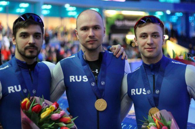 Руслан Мурашов, Павел Кулижников, Виктор Муштаков (слева направо) - чемпионы Европы-2020 по конькобежному спорту в командном спринте