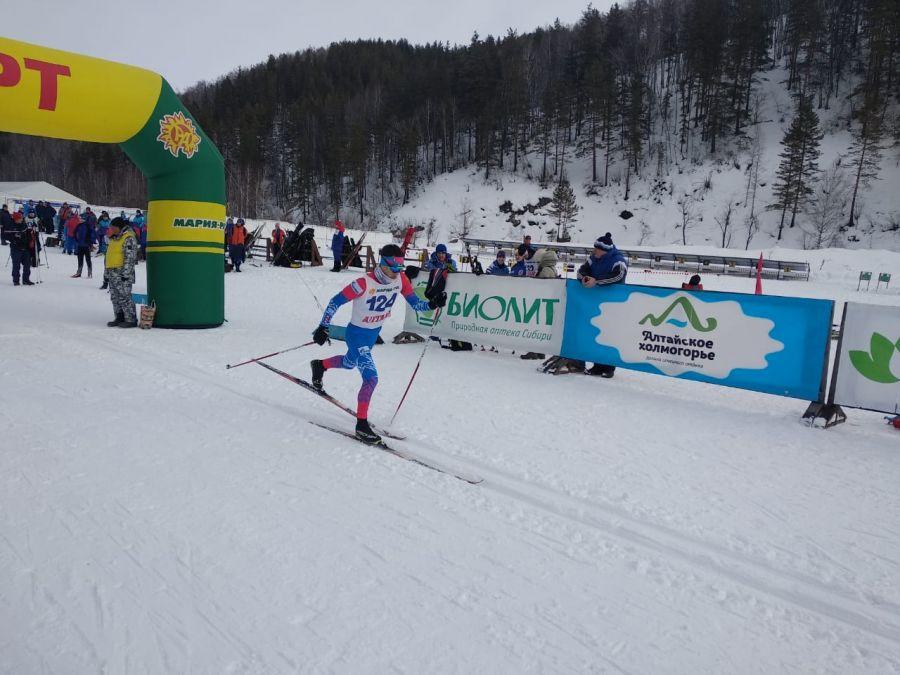 На лыжной трассе сельской олимпиады - 2020 - победитель Юношеских олимпийских игр Олег Домичек. Фото: Алексей Янкин.