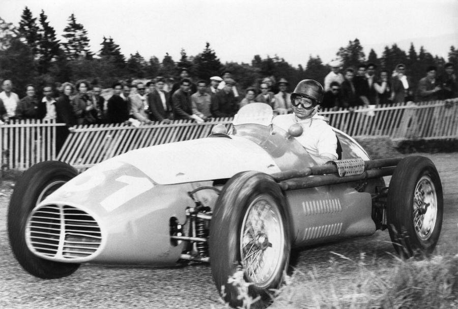 Хуан Мануэль Фанхио после победы на Гран-при Великобритании, 1956 год. Фото: AP Photo/Str