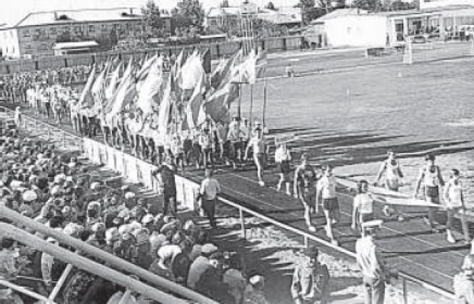 "Участники олимпиады выходят на стадион ""Урожай"""